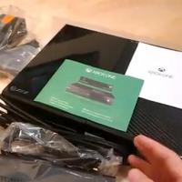 XBox One : la console déballée et détaillée par un gamin