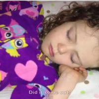 Une mère arrache la dent de sa fille qui dort : génie ou cruauté ?