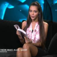 """Nabilla Benattia lit """"Non mais allô quoi"""" sur D8 : moment de gêne en perspective"""