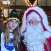 Cara Delevingne dans les bras du Père Noël à Hyde Park : ho ho ho !