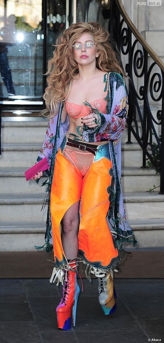 Lady Gaga à la sortie de son hôtel de Londres, ce dimanche 8 décembre 2013