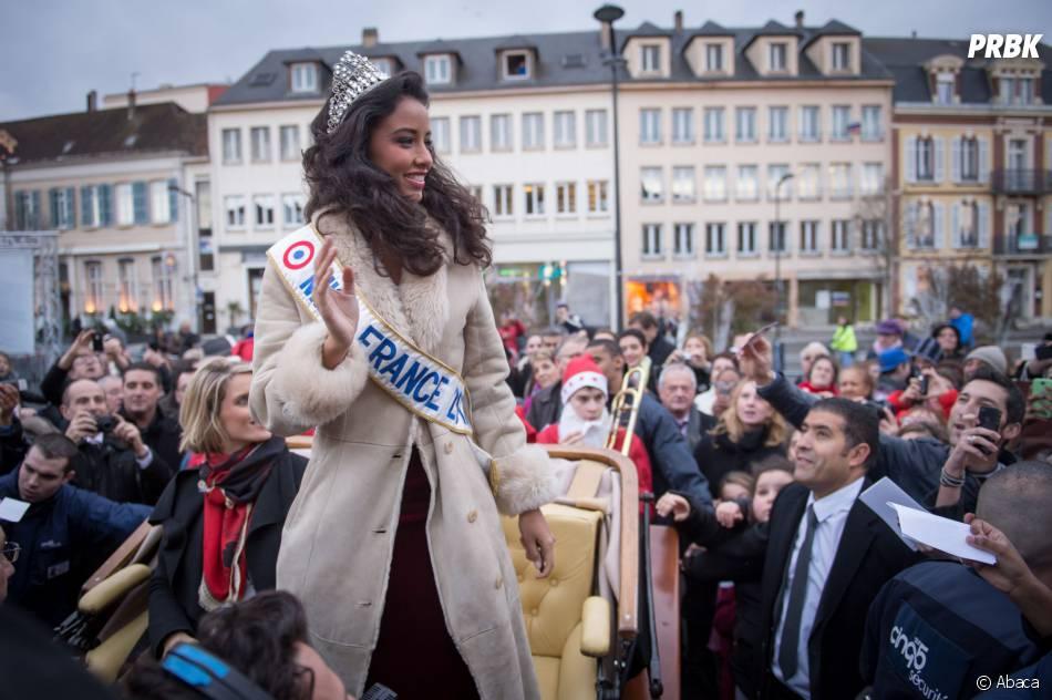 Flora Coquerel : Miss France 2014 salue la foule, le 18 décembre 2013 à Morancez