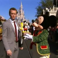 Neil Patrick Harris en mode Mickey : Barney rejoint la parade de Noël de Disney