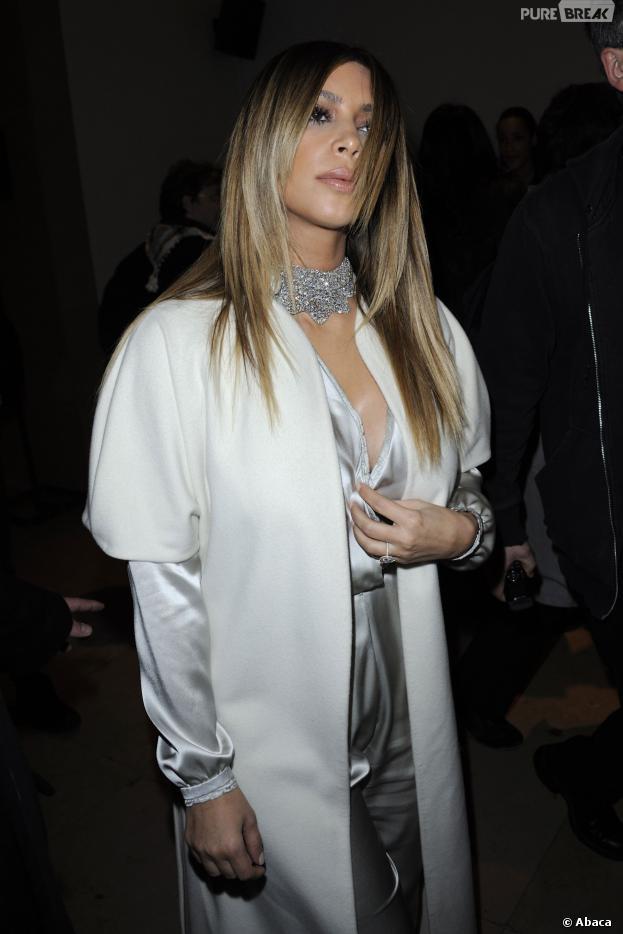Kim Kardashian cache ses seins pendant la Fashion Week de Paris, le 21 janvier 2014