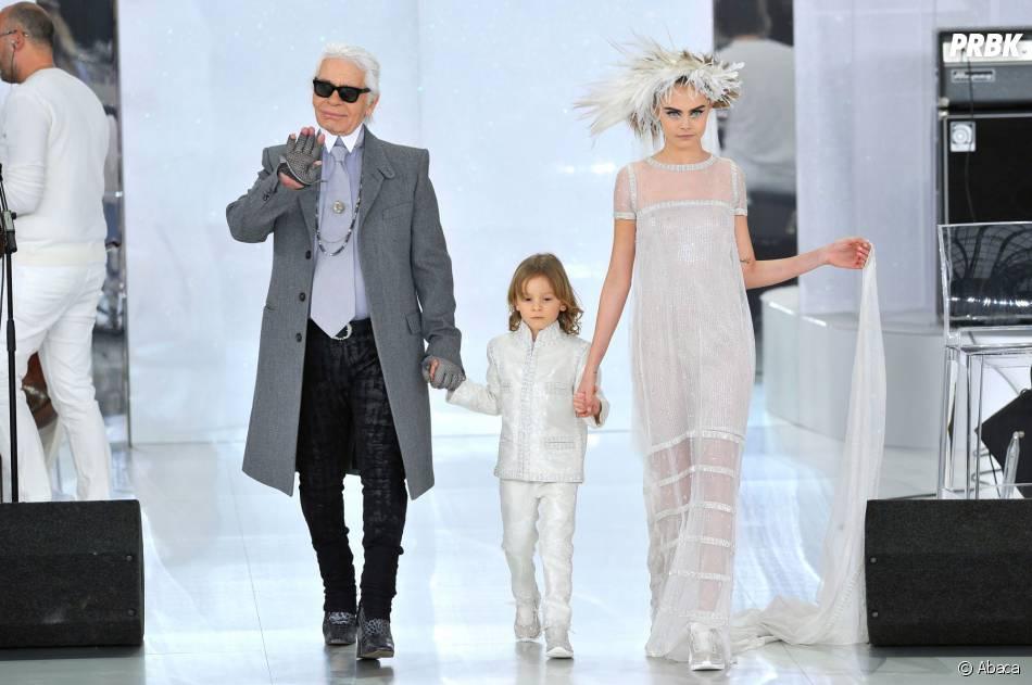 Cara Delevingne et Karl Lagerfeld lors du défilé Chanel pour la Fashion Week de Paris le 21 janvier 2014
