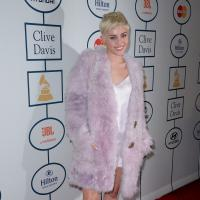 Miley Cyrus, Taylor Swift : grimaces et transparence pour une soirée pré-Grammy Awards 2014
