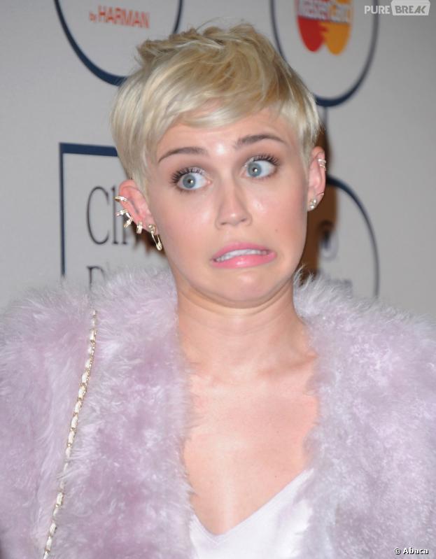 Miley Cyrus fait la grimace lors d'une soirée pré-Grammy Awards le 25 janvier 2014