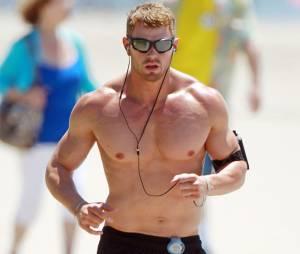Kellan Lutz : jogging torse nu à Los Angeles, le 3 août 2011