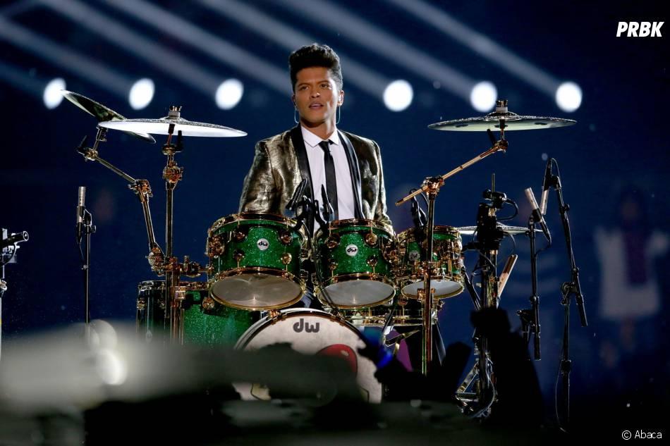 Bruno Mars à la batterie lors de son show au Super Bowl 2014 le 2 février 2014
