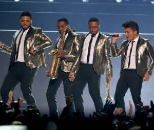 Bruno Mars et son groupe en pleine chorégraphie au Super Bowl 2014le 2 février 2014