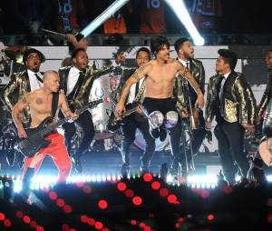 Bruno Mars invite les Red Hot Chili Peppers au Super Bowl 2014 le 2 février 2014