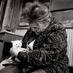 [PHOTOS] Une grand-mère et son chat, le duo le plus émouvant du jour