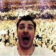 Michaël Youn : selfie devant la foule en délire des Enfoirés 2014
