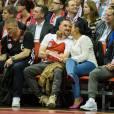 Franck Ribéry et sa femme Wahiba : complices et câlins à côté de Bastian Schweinsteiger lors du match de basketball FC Bayern Munich - Maccabi Tel Aviv, le 3 avril 2014