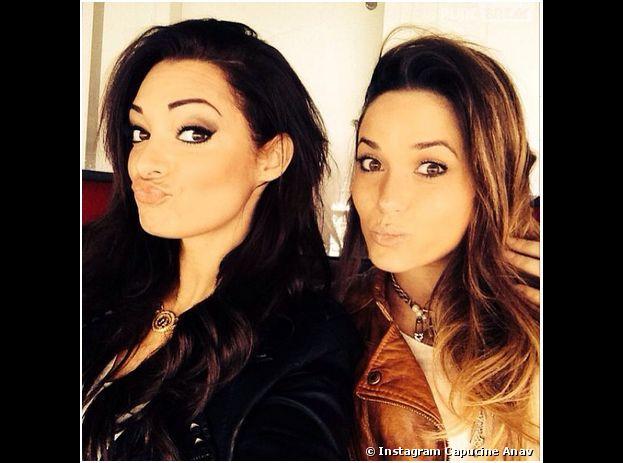 Capucine Anav et Emilie Nef Naf en mode selfie pendant PSG VS Reims, le 5 avril 2014 à Paris