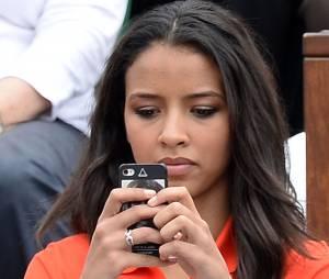 Flora Coquerel avec son téléphone à Roland Garros le 3 juin 2014
