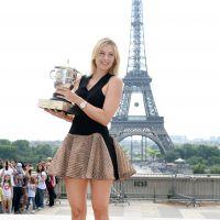 Maria Sharapova ultra sexy pour présenter son trophée devant la Tour Eiffel