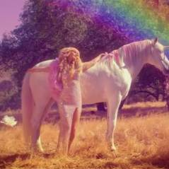 Paris Hilton : Come Alive, le clip arc-en-ciel... avec une licorne