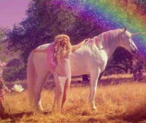 Paris Hilton : Come Alive, le clip rose bonbon