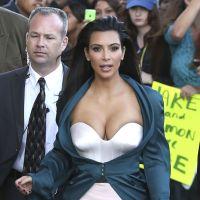 Kim Kardashian ultra décolletée pour une battle de... changement de couches