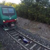 Choc : un jeune s'allonge sur les rails en attendant qu'un train passe et...