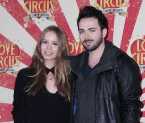Roxane Le Texier et Sébastien Agius en amoureux à la première de Love Circus, le 28 octobre 2014, aux Folies Bergères