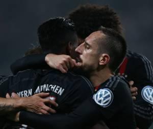 Franck Ribéry agressé par un supporter sur le terrain lors du match Hambourg - Bayern Munich, le 29 octobre 2014