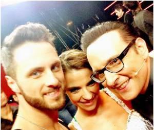 Denitsa Ikonomova prend la pose avec Christian Millette et Jean-Marc Généreux pendant Danse avec les stars 5