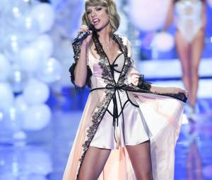 Taylor Swift en nuisette au Victoria's Secret Fashion Show 2014, le 2 décembre 2014 à Londres