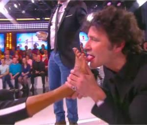 Karine Le Marchand : Christophe Carrière lui lèche les pieds dans TPMP, le 5 janvier 2015 sur D8