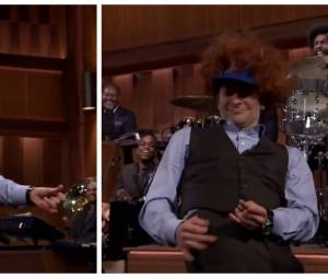 Bradley Cooperjoue de l'air guitar sur la chanson Down by The River dans le Tonight Show de Jimmy Fallon du 5 janvier 2015.