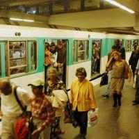 Quand le conducteur du métro se met à chanter pour faire patienter les passagers