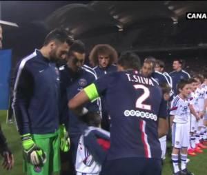 Thiago Silva donne sa veste à un jeune Lyonnais, le 8 février 2015 à Gerland