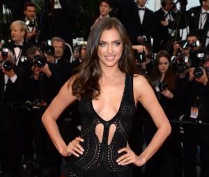 Irina Shayk décolletée et sexy sur le tapis rouge du festival de Cannes 2013