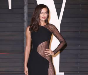 Irina Shayk prend la pose à la soirée Vanity Fair des Oscars 2015, le 22 février 2015 à Los Angeles