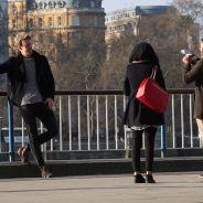 Il demande à des passants de le photographier, ce qui apparaît sur la photo va les faire halluciner