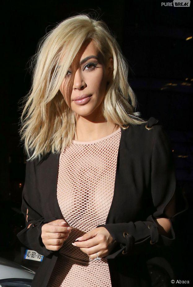 Kim Kardashian sexy en robe transparente en résilles, le 6 mars 2015 pendant la Fashion Week de Paris