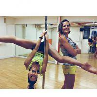Laury Thilleman ultra souple pour une séance pole-dance avec Laure Manaudou