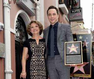 Jim Parsons (Big Bang Theory) et sa maman : l'acteur inaugure son étoile sur le Walk of Fame d'Hollywood Boulevard, le 11 mars 2015