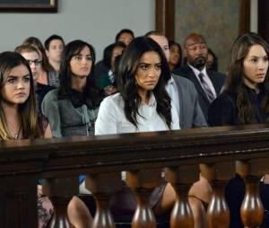 Pretty Little Liars saison 5, épisode 24 : Lucy Hale, Shay Mitchell et Troian Bellisarion sur une photo