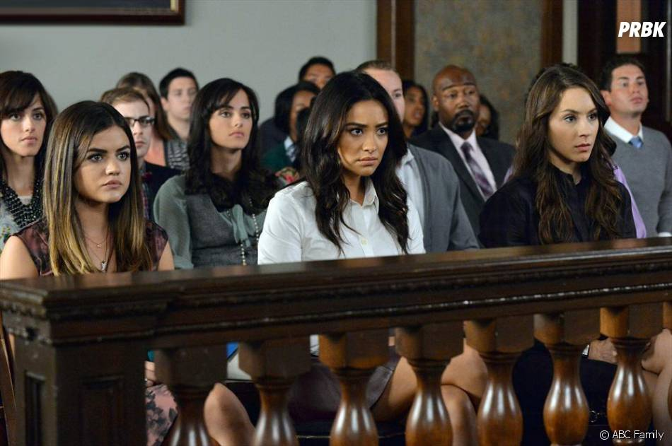 Pretty Little Liars saison 5, épisode 24 : Lucy Hale, Shay Mitchell et Troian Bellisarion sur une photo