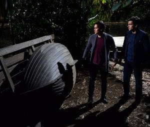 Pretty Little Liars saison 5, épisode 24 : Caleb et Ezra sur une photo