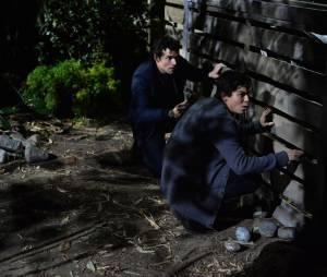 Pretty Little Liars saison 5, épisode 24 : Ian Harding (Ezra) et Tyler Blackburn (Caleb) sur une photo