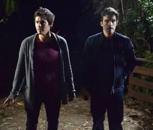 Pretty Little Liars saison 5, épisode 24 : Caleb (Tyler Blackburn) et Ezra (Ian Harding) sur une photo
