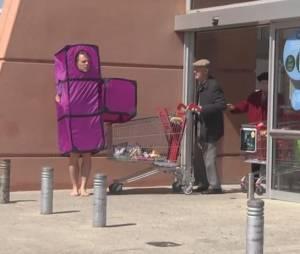 Rémi Gaillard s'est déguisé en brique du jeu Tetris pour sa nouvelle caméra cachée