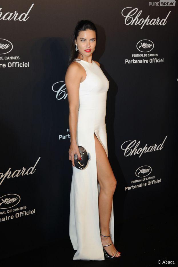 Adriana Lima : robe blanche sexy pour la soirée des trophées Chopard, le 18 mai 2015, à Cannes