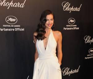 Irina Shayk sexy en combi blanche pour la soirée des trophées Chopard, le 18 mai 2015, à Cannes