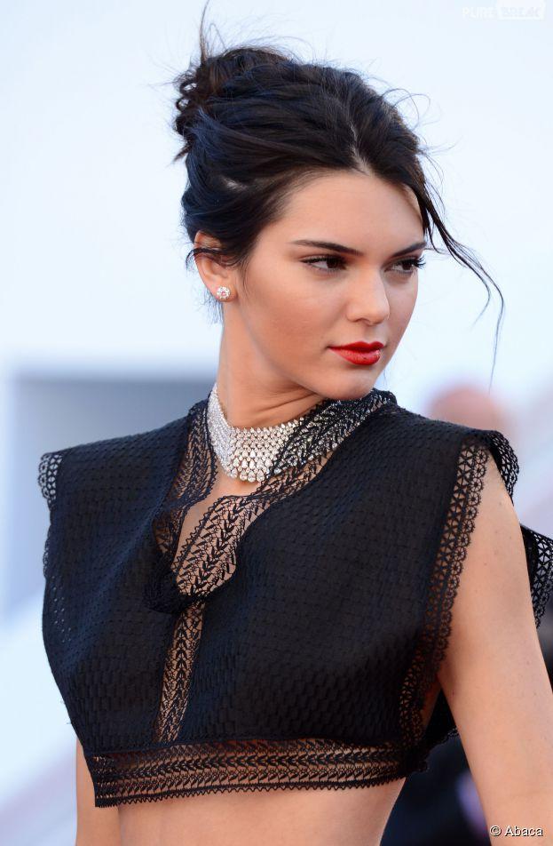 Kendall Jenner sexy en jupe et crop top Azzedine Alaïa sur le tapis rouge du Festival de Cannes, le 20 mai 2015