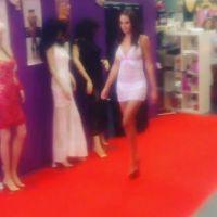 Vanessa Lawrens  sexy en lingerie pour un défilé de Bomb Girl