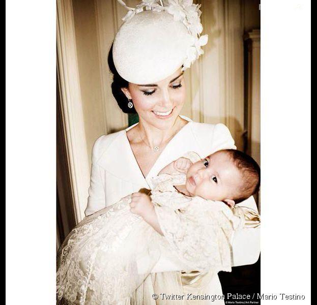 Kate Middleton et la Princesse Charlotte photographiées par Mario Testino pendant le baptême royal, le 5 juillet 2015